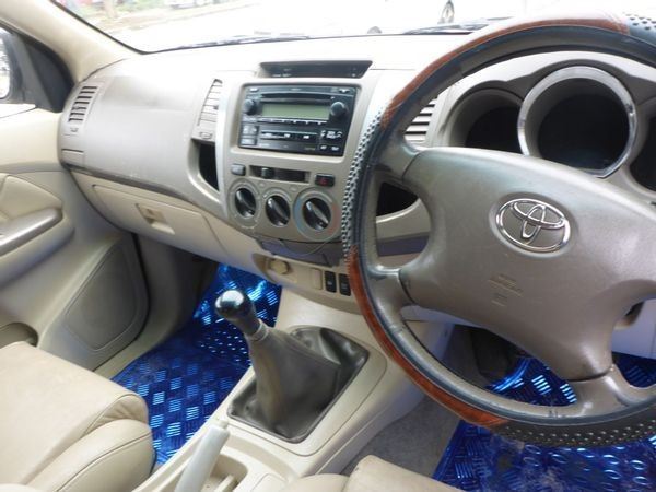 surf4cars-used-cars-3326787-6-2011-toyota-fortuner-6075839_6-(1).jpg