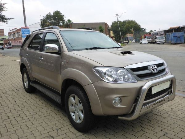 surf4cars-used-cars-3326787-8-2011-toyota-fortuner-6075839_2-(1).jpg
