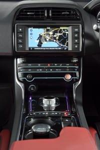 Jaguar XE - interior (4)